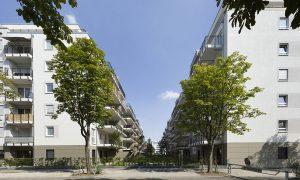 Immobilienkomplex mit Bäumen